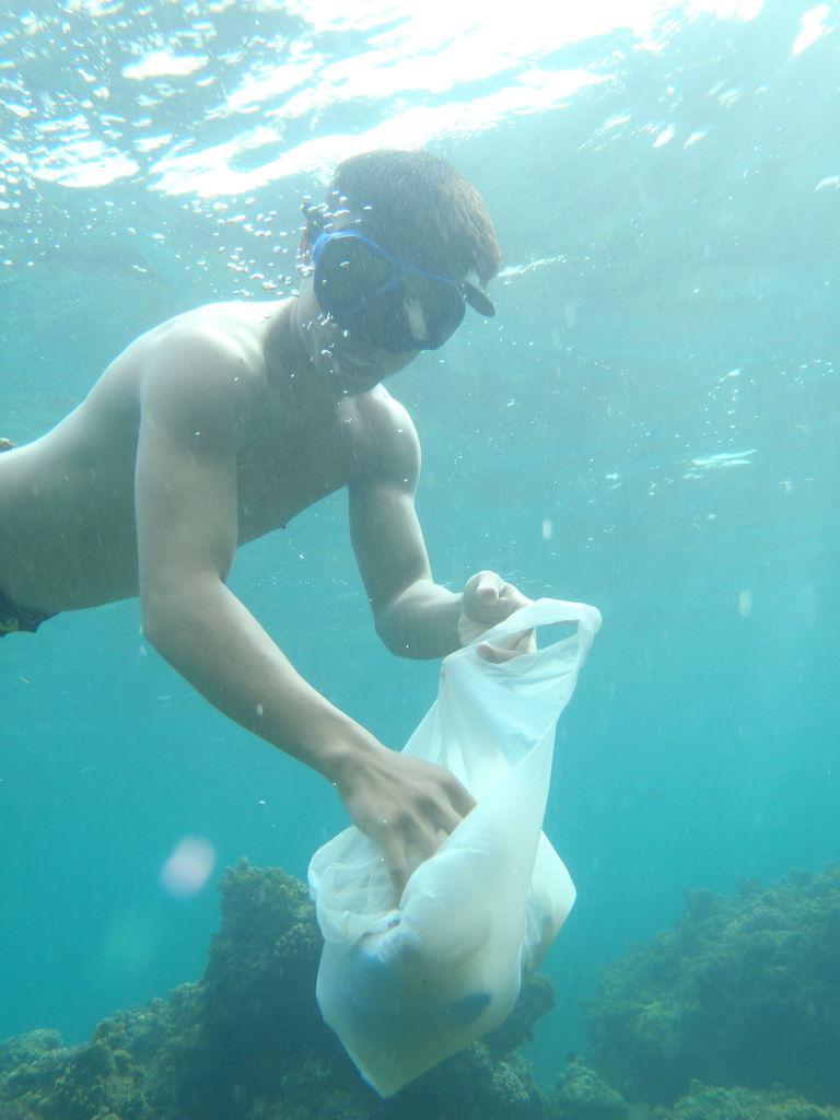 スキンダイビングでフィリピン人の若者と海を綺麗にする試み